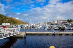 道格拉斯,曼岛- 10月17 :乘快艇相接在一个好的小口岸的海湾在一清楚的蓝天天在道格一个小镇  库存图片