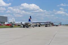 道格拉斯DC-6和北美B-25J米歇尔 图库摄影
