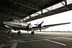 道格拉斯Skymaster在历史的柏林藤珀尔霍夫机场上的区域;B&W 图库摄影