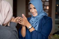道歉向她的母亲在eid穆巴拉克庆祝时 库存照片