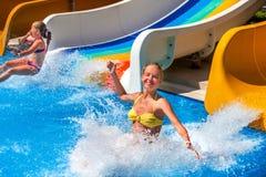 水滑道的两个孩子在aquapark 免版税图库摄影