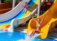 水滑道的儿童好女孩在aquapark 免版税图库摄影