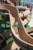 水滑道的妇女在水公园 库存照片