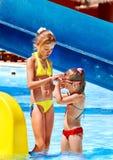 水滑道的孩子在aquapark。 免版税图库摄影