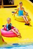 水滑道的孩子在aquapark。 库存照片