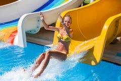 水滑道的孩子在aquapark跃迁 免版税库存照片