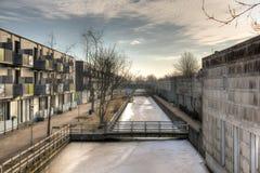 水道穿过城市。 免版税库存图片