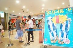 道路交叉点送一卷毛巾纸活动的超级市场购物 免版税库存照片