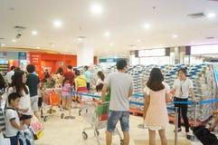 道路交叉点送一卷毛巾纸活动的超级市场购物 库存照片