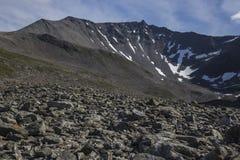 道路向Stabbeskaret断层块,附近的Trollstigen在挪威 库存图片