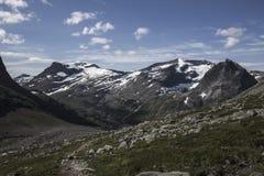 道路向Stabbeskaret断层块,附近的Trollstigen在挪威 库存照片