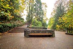 道路和长凳秋天在普遍的俄勒冈停放 图库摄影