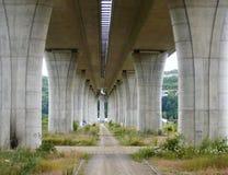 道路在大教堂桥梁下 库存照片