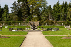 道路在有喷泉的一个庭院里 库存照片