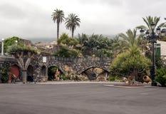 道路在有棕榈树的一个庭院里 库存照片