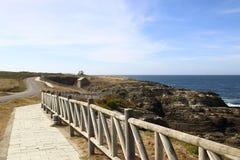 道路在海岸的一个渔村 库存照片