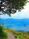 绕道路在科莫湖上的山 图库摄影