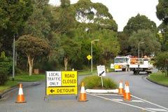 道路工程路被封锁的和改道标志 图库摄影