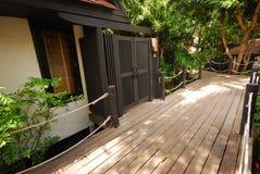道路方式在和自然在庭院里 免版税库存图片