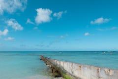 道路步行方式墙壁延伸到干净的蓝色海在好蓝色云彩天空假日 免版税库存照片
