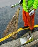 道路清扫工在新加坡使用传统笤帚 库存图片