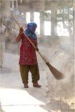 道路清扫工妇女 免版税库存图片