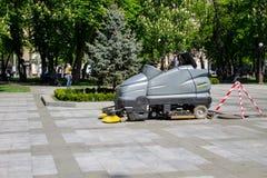 道路清扫工机器清洁走道在公园 免版税库存照片