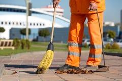 道路清扫工清洁城市边路 库存图片