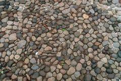 道路的小石安排在公园 石走道 免版税库存照片