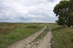道路穿过不尽的平原 图库摄影