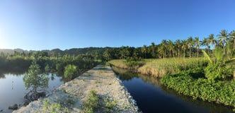 道路穿过乡下的一个池塘 库存图片