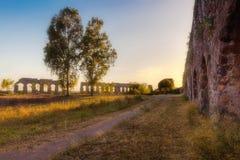 道路穿过古老罗马渡槽 库存图片