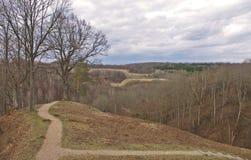 道路穿过小山在秋天,立陶宛 免版税图库摄影