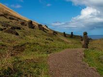 道路穿过疏散Moai 免版税库存照片