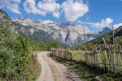 道路穿过阿尔巴尼亚阿尔卑斯 库存图片