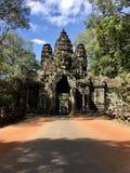 道路穿过面孔寺庙隧道,柬埔寨 免版税库存照片