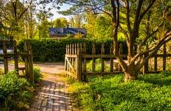 道路穿过Cylburn树木园的,巴尔的摩,马里兰一个庭院 免版税图库摄影