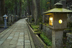 道路穿过Koyasan Okunoin公墓,日本 库存图片
