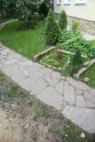 道路铺与一块自然石头在秋天庭院里 内在围场铺与装饰灰色自然石头 库存照片
