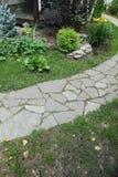 道路铺与一块自然石头在秋天庭院里 内在围场铺与装饰灰色自然石头 免版税库存照片