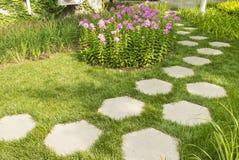 道路风景在庭院里 免版税库存图片