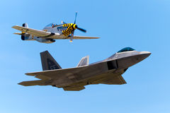 遗产飞行F-22猛禽和P-51野马 免版税库存照片
