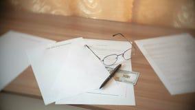 遗嘱文件、玻璃、金钱和笔在桌上 股票录像