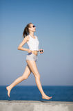 遗弃情人的 跑沿海滩的亭亭玉立的高女孩 免版税库存图片