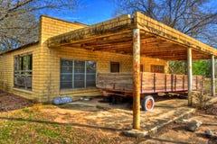 遗弃无盖货车停放在被放弃的加油站 免版税库存照片
