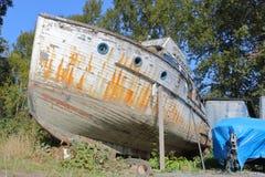 遗弃木小船 库存图片