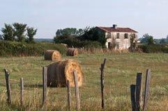 遗弃法国农厂房子 免版税库存照片