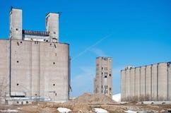 遗弃谷物仓库和筒仓在米尼亚波尼斯 免版税库存图片