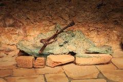 遗骸火毁坏的教会的熔化响铃 免版税库存图片