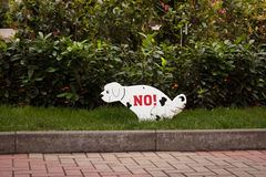 遛在被禁止的草坪的狗 库存照片